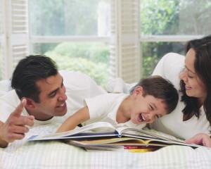 Familj som läser sina bokfynd tillsammans