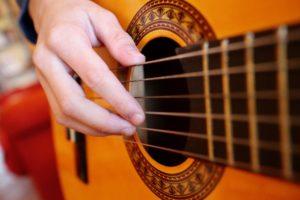Barn spelar gitarr