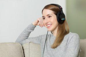 Kvinna lyssnar på CD-bok